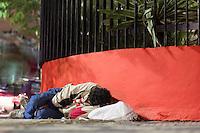 SÃO PAULO, SP, 22.06.2016 - CLIMA-SP- Imagem de morador de rua deitado no chão da calçada na Avenida Liberdade, região central de São Paulo (SP), nesta noite de quarta-feira , 22 . (Foto: Adailton Damasceno/Brazil Photo Press)
