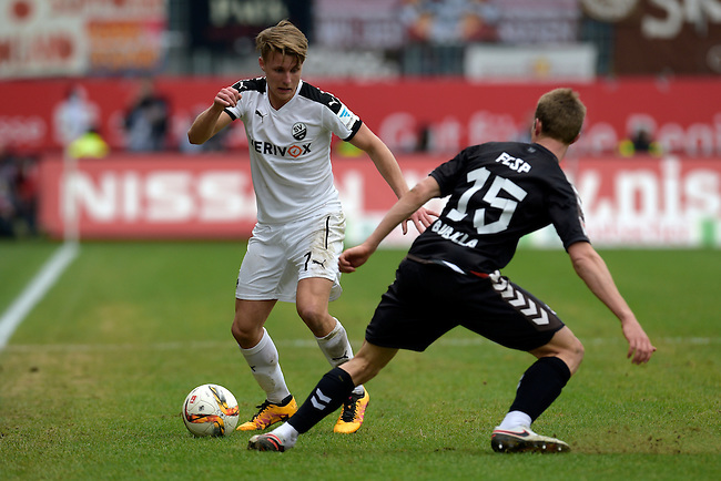 GER - Sandhausen, Germany, March 19: During the 2. Bundesliga soccer match between SV Sandhausen (white) and FC ST. Pauli (grey) on March 19, 2016 at Hardtwaldstadion in Sandhausen, Germany. (Photo by Dirk Markgraf / www.265-images.com) *** Local caption *** Marco Thiede #7 of SV Sandhausen, Daniel Buballa #15 of FC St. Pauli