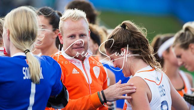 LONDEN -  Marloes Keetels (r) , die haar 50e interland speelde,  met bondscoach Sjoerd  Marijne  na de wedstrijd tussen de dames van Nederland en Belgie bij  het Europees Kampioenschap hockey in Londen.   ANP KOEN SUYK