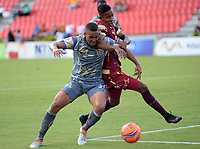 IBAGUÉ -COLOMBIA, 26-01-2016. Omar Albornoz (Der) jugador de Deportes Tolima disputa el balón con Ivan Rivas (Izq) jugador del Tigres FC durante partido por la fecha 11 de la Liga Águila I 2017 jugado en el estadio Manuel Murillo Toro de la ciudad de Ibagué./ Omar Albornoz (R) player of  Deportes Tolima vies for the ball with Ivan Rivas (L) player of Tigres FC during match for date 11 of the Aguila League I 2017 played at Manuel Murillo Toro stadium in Ibague city. Photo: VizzorImage / Juan Carlos Escobar / Cont
