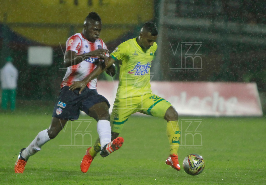 FLORIDABLANCA -COLOMBIA, 14-08-2016. Acción de juego entre Bucaramanga y  Junior   durante encuentro  por la fecha 16 de la Liga Aguila II 2016 disputado en el estadio Alvaro Gómez Hurtado/ Action Game between  Bucaramanga and  Junior during match for the date 16 of the Aguila League II 2016 played at Alvaro Gomez Hurtado stadium . Photo:VizzorImage / Duncan Bustamante / Contribuidor