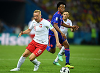 KAZAN - RUSIA, 24-06-2018: Kamil GLIK (Izq) jugador de Polonia disputa el balón con Juan CUADRADO (Der) jugador de Colombia durante partido de la primera fase, Grupo H, por la Copa Mundial de la FIFA Rusia 2018 jugado en el estadio Kazan Arena en Kazán, Rusia. /  Kamil GLIK (L) player of Polonia fights the ball with Juan CUADRADO (R) player of Colombia during match of the first phase, Group H, for the FIFA World Cup Russia 2018 played at Kazan Arena stadium in Kazan, Russia. Photo: VizzorImage / Julian Medina / Cont