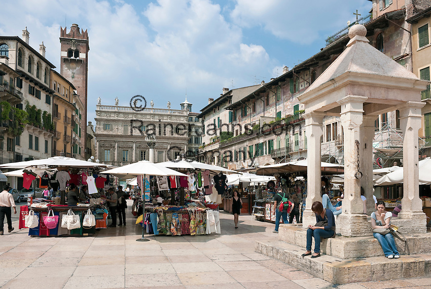 Italy, Veneto, Province Capital Verona: souvenir stalls at Piazza delle Erbe, at backgound Palazzo Maffei and the medieval belfry Torre del Gardello, at right Casa dei Mazzanti with its frescos | Italien, Venetien, Provinzhauptstadt Verona: Souvenirstaende auf der Piazza delle Erbe, im Hintergrund Palazzo Maffei und der mittelalterliche Uhrturm Torre del Gardello, rechts die mittelalterlichen Buergerhaeuser der Casa dei Mazzanti mit ihren Fresken