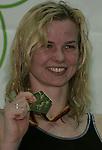 Siegerehrung - Britta Steffen von SG Neukoelln mit Goldmedaille ueber 50 Meter Freistil der Fauen bei Deutsche Wintermeisterschaften 2006 des DSV - Qualifikation zur WM 207 und Kurzbahn-EM 2006 im Stadionbad in Hannover - <br /> <br /> Foto: &copy; nordphoto <br /> <br />  *** Local Caption ***