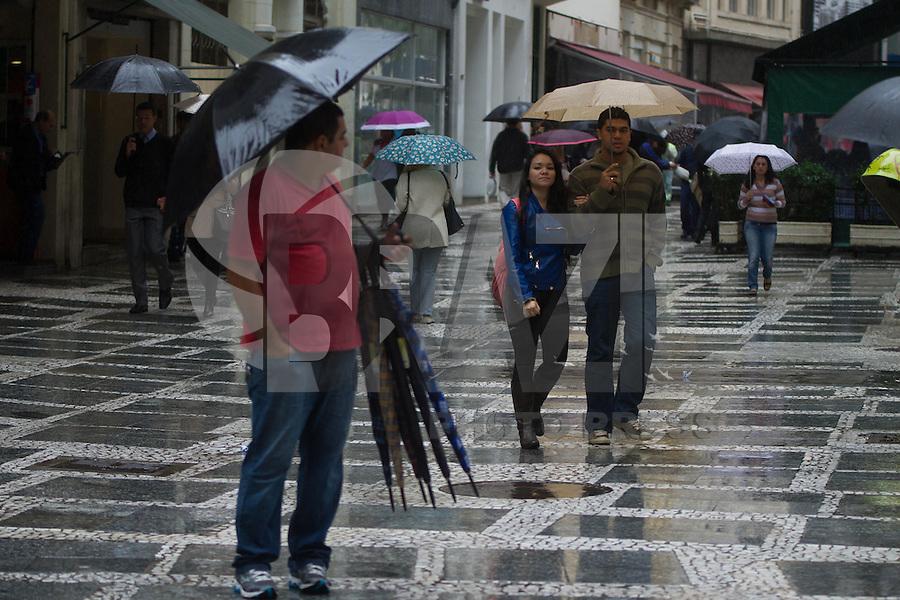 SAO PAULO 01 DE JULHO DE 2013  - São Paulo continuará com chuva durante o dia, pedestres se protegem da chuva no inicio da tarde desta segunda-feira (01), na região central de São Paulo.(Foto: Amauri Nehn/Brazil Photo Press)