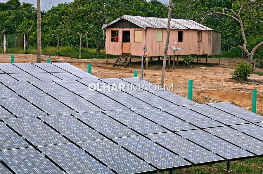 Mini usina fotovoltaica na comunidadde de de Bom Jesus do Puduari. Novo Airao. Amazonas. 2011. Foto de Rogerio Reis.