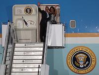 """Berlin, der US-amerikanische Praesident Barack Obama und seine Frau Michelle winken am Mittwoch (19.06.13) auf dem militaerischen Teil des Flughafens Tegel in Berlin nach dem Staatsbesuch in Deutschland asm Eingang der Praesidentenmaschine """"Airforce One"""". Foto: Georg Hilgemann/CommonLens"""