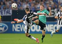 FUSSBALL   CHAMPIONS LEAGUE   SAISON 2013/2014   PLAY-OFF FC Schalke 04 - Paok Saloniki        21.08.2013 Kostas Katsouranius (li, Paok) gegen Lewis Holtby (re, FC Schalke 04)