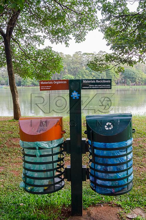 Lixeiras de coleta seletiva para materiais orgânicos e recicláveis no Parque do Ibirapuera, São Paulo, 12/2012.