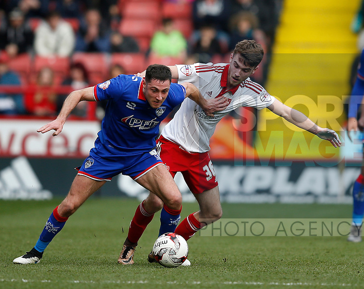 Ben Whiteman of Sheffield Utd  tussles with Mike Jones of Oldham Athleticduring the Sky Bet League One match at The Bramall Lane Stadium.  Photo credit should read: Simon Bellis/Sportimage