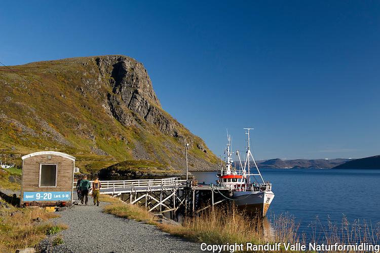 Fiskeskøyte med jegere ved kai i Lunnhamna på Sørøya. ----- Fishing boat at Sørøya.