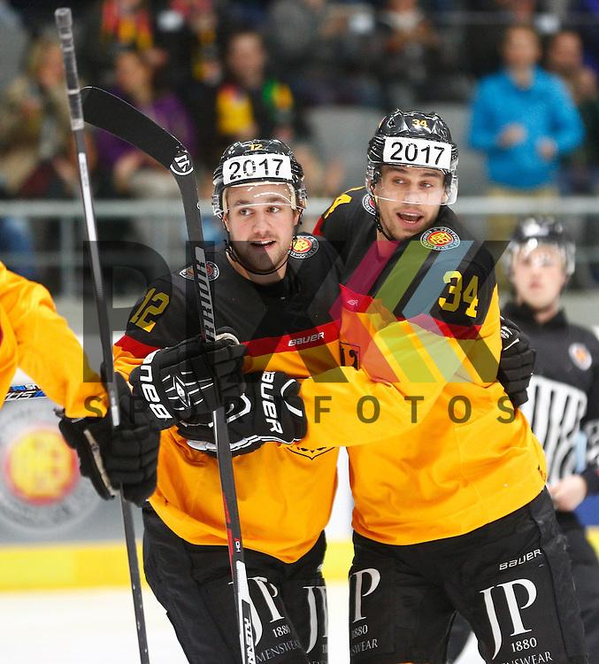 Torjubel Brooks MACEK (Deutschland #12) nach seinem Treffer zum 1:0, mit Benedikt KOHL (Deutschland, re.),<br /> <br /> Eishockey, Deutschland-Cup 2015, Augsburg, Deutschland vs. Slowakei, 07.11.2015,<br /> <br /> Foto &copy; PIX-Sportfotos *** Foto ist honorarpflichtig! *** Auf Anfrage in hoeherer Qualitaet/Aufloesung. Belegexemplar erbeten. Veroeffentlichung ausschliesslich fuer journalistisch-publizistische Zwecke. For editorial use only.