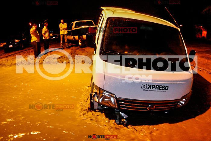 Camioneta del Periódico Expreso.<br /> Estragos por en el trafico por grandes cantidades de agua en el norte de la ciudad.