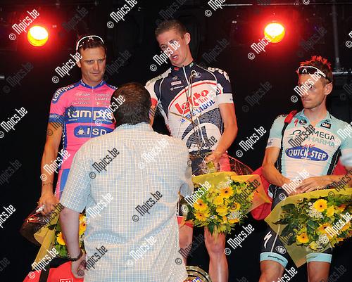 2012-07-26 / Wielrennen / seizoen 2012 / Criterium Herentals / Jurgen Van den Broeck krijgt de trofee Rob Goris uit handen van diens broer..Foto: Mpics.be