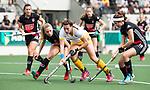 AMSTELVEEN - Hockey - Hoofdklasse competitie dames. AMSTERDAM-DEN BOSCH (3-1) Frederique Matla (Den Bosch)   met links Jacky Schoenaker (A'dam) . rechts Noor de Baat (A'dam)    COPYRIGHT KOEN SUYK