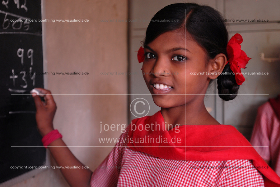 INDIA New Delhi, NGO BBA of Kailash Satyarthi, Balika Ashram, school and vocational training for former child labourer / INDIEN Neu Delhi, Balika Ashram der NGO BBA and SACCS von Kailash Satyarthi fuer ehemalige Kinderarbeiter, Schulausbildung, Alphabetisierung und berufliche Bildung fuer Maedchen