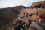 Des centaines de personnes de toutes confessions gravissent le Mont moïse de nuit pour assister au lever du soleil depuis le sommet