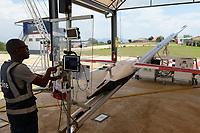 RWANDA, Gitarama, Muhanga, zipline drone airport , zipline is a american start-up and delivers Blood preserve and medical drugs by battery powered drone to rural health centers, the battery driven Zip 2 can travel at a top speed around 79 miles per hour, carrying 3.85 pounds of cargo and has a range of 160 km round trip, the delivery box is dropped by a small parachute, launching ramp / RUANDA, Gitarama, Muhanga, zipline Drohnen Flugstation, zipline ist ein amerikanisches start-up und transportiert Blutkonserven und Medikamente mit Drohnen wie der Zip 2 zu ländlichen Krankenstationen, die Zip 2 hat fuer einen Rundflug eine Reichweite von 130 km, die Batterie betriebene und ferngesteuerte Drohne wirft die Sendung per Fallschirm ab, Kontrolltower und Hangar mit Startrampe