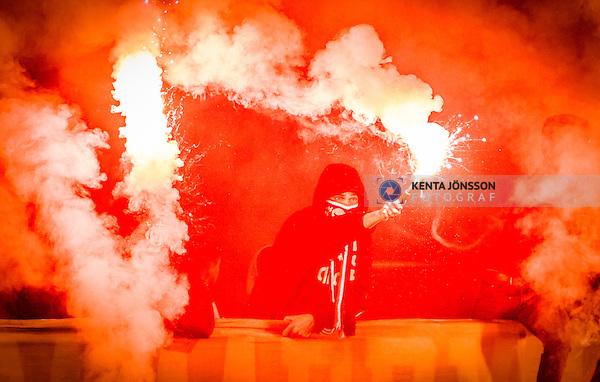 Stockholm 2014-09-28 Fotboll Superettan Hammarby IF - IK Sirius :  <br /> Hammarbysupporter med bengaliska eld<br /> (Foto: Kenta J&ouml;nsson) Nyckelord:  Superettan Tele2 Arena Hammarby HIF Bajen Sirius IKS supporter fans publik supporters bengaler bengaliska eldar