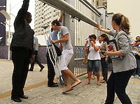 ATENCÃO EDITOR: FOTO EMBARGADA PARA VEICULO INTERNACIONAL - SAO PAULO, SP, 25 NOVEMBRO 2012 - FUVEST 2013 - Candidatos comparecem ao campus da Uninove na liberdade para prestar o vestibular da FUVEST 2013 nesse domingo 25  . (FOTO: LEVY RIBEIRO / BRAZIL PHOTO PRESS)