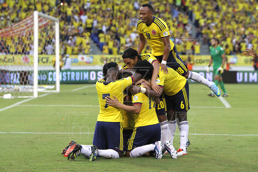 BARRANQUILLA - COLOMBIA - 11 -06 -2013: Falcao   de la selección  Colombia celebra su gol  contra   la selección del Perú ,partido para la clasificación al mundial Brasil del 2014. Falcao (Left) of the selection Colombia fights for the ball with Falcao of the selection of Peru, the classification match for the World Cup Brazil 2014. <br />