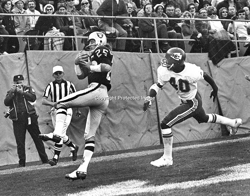 Oakland Raider Fred Biletnikoff grabs TD pass in front of Kansas City defender Jim Marsalis. <br />