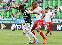 PALMIRA - COLOMBIA, 12-10-2019: Juan Camilo Angulo del Cali disputa el balón con Fainer Torijano de Santa Fe durante partido entre Deportivo Cali e Independiente Santa Fe por la fecha 17, cudrangulares semifinales, de la Liga Águila II 2019 jugado en el estadio Deportivo Cali de la ciudad de Palmira. / Juan Camilo Angulo of Cali vies for the ball with Fainer Torijano of Santa Fe during match between Deportivo Cali and Independiente Santa Fe for the date 17 as part of Aguila League II 2019 played at Deportivo Cali stadium in Palmira city.  Photo: VizzorImage/ Nelson Rios / Cont