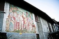 """Arcumeggia il paese dipinto in provincia di Varese. """"Sant'Ambrogio benedice Arcumeggia"""" di Aldo Carpi"""