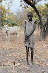 Sued Sudan Rumbek , Dinka Dorf Colocok , Maedchen huetet Ceburinder / South Sudan Rumbek , Dinka village Colocok, girl with Cebu cattle