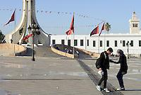 Tunisi, Gennaio 2015<br /> La Tunisia a 4 anni dalla rivoluzione che port&ograve; all'esilio il dittatore Ben Ali. <br /> La piazza del Palazzo del Governo,<br /> Una coppia di giovani