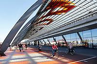 Nederland Amsterdam 2016 05 01. De Ruijterkade. Overkapping achter Centraal Station. Rechtsboven bevindt zich het Busstation. Foto Berlinda van Dam / Hollandse Hoogte