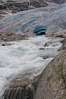 Gletscher, Gletschertor, Gletscherzunge, Schmelzwasserstrom, Gletschermilch, Gletscherbach, Schmelzwasser, Festlandsgletscher, Eis, Nigardsbreen, Nigardbreen, Jostedalsbreen, Jostetal, Jostedalsbreen-Nationalpark, Nationalpark, Norwegen. Nigardsbreen, Jostedalsbreen glacier, Jostedal Glacier, glacier snout, glacier mouth, glacier tongue, snout of a glacier, glacial lobe, glacier, ice, Norway
