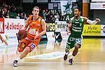 S&ouml;dert&auml;lje 2014-01-03 Basket Basketligan S&ouml;dert&auml;lje Kings - Bor&aring;s Basket :  <br /> Bor&aring;s Roope Ahonen och S&ouml;dert&auml;lje Kings John Roberson i kamp om bollen <br /> (Foto: Kenta J&ouml;nsson) Nyckelord:
