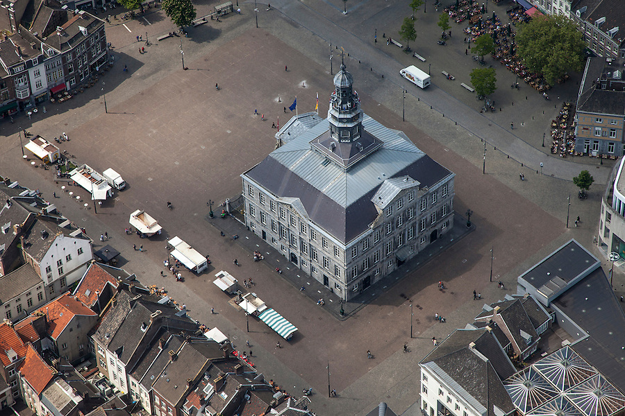 Nederland, Limburg, Gemeente Maastricht, 27-05-2013; Beneden in beeld  het stadhuis op de Markt in het historische centrum van Maastricht en rechtsbeneden winkelgebied Mosae Forum (architecten Jo Coenen en Bruno Albert ) .<br /> Mosae Forum shopping (architects Jo Coenen en Bruno Albert )  and the town hall on the Markt (market square) in the historic center of Maastricht .<br /> luchtfoto (toeslag op standaardtarieven);<br /> aerial photo (additional fee required);<br /> copyright foto/photo Siebe Swart.