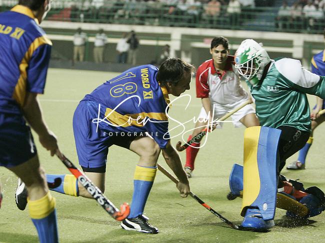 CHENNAI- Vanaf zaterdag wordt in het Radha Krishnan Hockey Stadium in Chennai (India) de Champions Trophy voor mannen gehouden. Donderdagavond werd in het stadion een benefietwedstrijd gehouden voor de slachtoffers van de aardbeving in Pakistan en India. De wedstijd ging tussen een combinatie India/Pakistan tegen de rest van de wereld. De Nederlander Karel klaver in aktie voor het wereldteam. Hij stuit hier op de Pakistaanse doelman. Het wereldteam won met 5-3. KOEN SUYK ANP PHOTO
