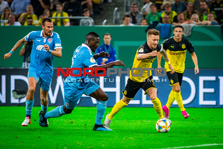 09.08.2019, Merkur Spiel-Arena, Düsseldorf, GER, DFB Pokal, 1. Hauptrunde, KFC Uerdingen vs Borussia Dortmund , DFB REGULATIONS PROHIBIT ANY USE OF PHOTOGRAPHS AS IMAGE SEQUENCES AND/OR QUASI-VIDEO<br /> <br /> im Bild | picture shows:<br /> Marco Reus (Borussia Dortmund #11) im Duell mit Assani Lukimya (KFC Uerdingen #5), <br /> <br /> Foto © nordphoto / Rauch