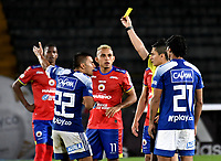 BOGOTÁ-COLOMBIA, 26–01-2020: Carlos Mario Herrera, árbitro muestra tarjeta amarilla a Jhon Duque de Millonarios después de revisar el VAR, durante partido entre Millonarios y Deportivo Pasto de la fecha 1 por la Liga BetPlay DIMAYOR 2020 jugado en el estadio Nemesio Camacho El Campín de la ciudad de Bogotá. / Carlos Mario Herrera, referee shows yellow card to John Duke of Millionarios after reviewing the VAR, during a match between Millonarios and Deportivo Pasto of the 1st date for the BetPlay DIMAYOR Leguaje I 2020 played at the Nemesio Camacho El Campin Stadium in Bogota city, Photo: VizzorImage / Luis Ramírez / Staff.