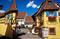 France, Alsace, Haut-Rhin, Éguisheim: Wine-Grower's Estate with tasting room | Frankreich, Elsass, Haut-Rhin, Éguisheim: Weingut mit Probierstube