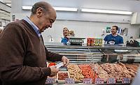 SAO PAULO, SP, 13 JULHO 2012 - ELEICOES 2012 - JOSE SERRA - O candidato a prefeitura de Sao Paulo pelo PSDB, Jose Serra cumpre agenda eleitoral com visita ao Mercado Municipal do Ipiranga, na regiao sul da capital paulista, nesta sexta-feira, 13. (FOTO: VANESSA CARVALHO / BRAZIL PHOTO PRESS).