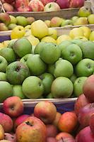 France, Manche (50), Baie du Mont-Saint-Michel, classée Patrimoine Mondial de l'UNESCO, Pontorson:  Pommes sur le marché   // : France, Manche, Bay of Mont Saint Michel, listed as World Heritage by UNESCO, Pontorson: The market, apples