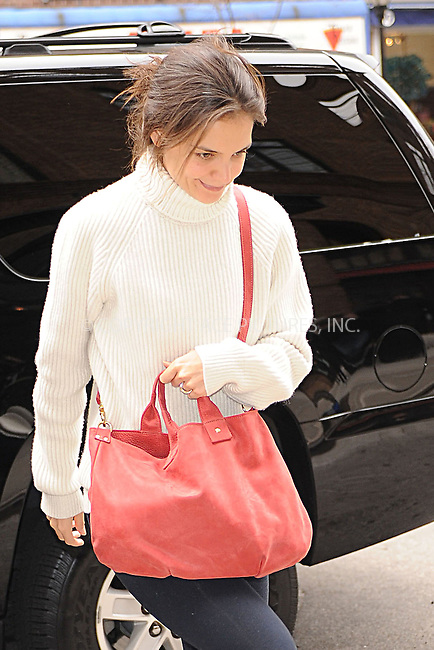 WWW.ACEPIXS.COM . . . . . .December 17, 2011...New York City....Katie Holmes arrives to  her hotel on December 17, 2011 in New York City.....Please byline: KRISTIN CALLAHAN - ACEPIXS.COM.. . . . . . ..Ace Pictures, Inc: ..tel: (212) 243 8787 or (646) 769 0430..e-mail: info@acepixs.com..web: http://www.acepixs.com .