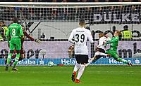 Kevin-Prince Boateng (Eintracht Frankfurt) setzt sich durch und erzielt gegen Torwart Tobias Sippel (Borussia Mönchengladbach) und Oscar Wendt (Borussia Mönchengladbach) das Tor zum 1:0 - 26.01.2018: Eintracht Frankfurt vs. Borussia Moenchengladbach, Commerzbank Arena