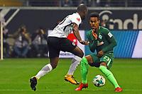 Jetro Willems (Eintracht Frankfurt) tunnelt Theodor Gebre Selassie (SV Werder Bremen) - 03.11.2017: Eintracht Frankfurt vs. SV Werder Bremen, Commerzbank Arena