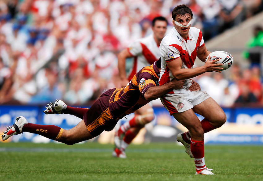 Photo: Richard Lane..Huddersfield Giants v St Helens. Powergen Challenge Cup Final. 26/08/2006. .St Helens' Jon Wilkin passes out of the tackle.