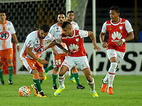 BOGOTA- COLOMBIA – 15-03-2016: Juan Roa (Der.) jugador de Independiente Santa Fe de Colombia, disputa el balon con Pablo Gonzalez (Izq.) jugador de Cobresal de Chile, durante partido entre Independiente Santa Fe de Colombia y Cobresal de Chile,  por la segunda fase de la Copa Bridgestone Libertadores en el estadio Nemesio Camacho El Campin, de la ciudad de Bogota. / Juan Roa (R) player of Independiente Santa Fe of Colombia, figths for the ball with Pablo Gonzalez (L) player of Cobresal of Chile, during a match between Independiente Santa Fe of Colombia and Cobresal of Chile, for the second phase, of the Copa Bridgestone Libertadores in the Nemesio Camacho El Campin in Bogota city. VizzorImage / Luis Ramirez / Staff.