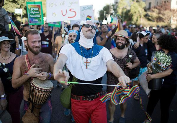 VAF04 JERUSALÉN (ISRAEL), 03/08/2017.- Varias personas asisten a la Marcha del Orgullo LGTB de Jerusalén, en Israel, hoy, 3 de agosto de 2017. Agentes de la Policía controlan todo el recorrido del evento LGTB (lesbianas, gais, transexuales y bisexuales) por el centro oeste de Jerusalén, ciudad santa para las tres religiones monoteístas, poco tolerantes con la homosexualidad. EFE/Abir Sultan