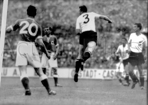 World Cup Finals, Basle, Switzerlsnd. The German striker Hans Schaffer (No. 20) and Max Morlock (2.v.l., behind) wins a header against Ernst Happel (M). Walter Schlegel (r) and Ernst Ocwirk (2.v.r) watch. The German team wins on 30.06.1954 before 58,000 spectators in the Basel St.-Jakob's stadium the semi-final game by 6:1 against Austria.