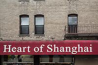 """San Francisco Chinatown   Insegna di ristorante """"Cuore di Shangay""""  Heart of Shanghai on building facade"""