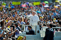 Papa Francesco arriva in Piazza San Pietro per celebrare l'Udienza Generale.<br /> Pope Francis arrives in Sain Peter Square for the general audience