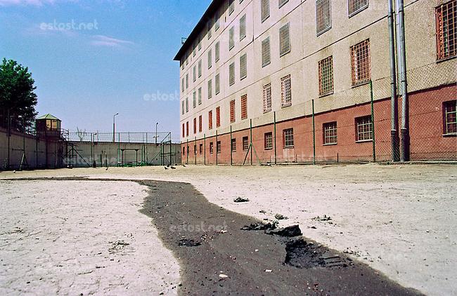 UNGARN, 06.2003, Budapest - X. Bezirk. Gefaengniskomplex Maglodi ut / Kozma utca: Hof. | Prison complex Maglodi / Kozma street: Courtyard..© Martin Fejer/EST&OST